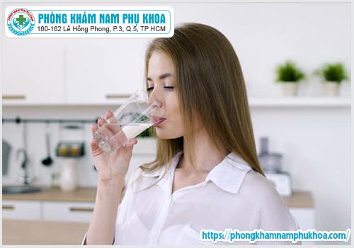 Uống không đủ nước có thể dẫn đến nhiễm trùng đường tiểu